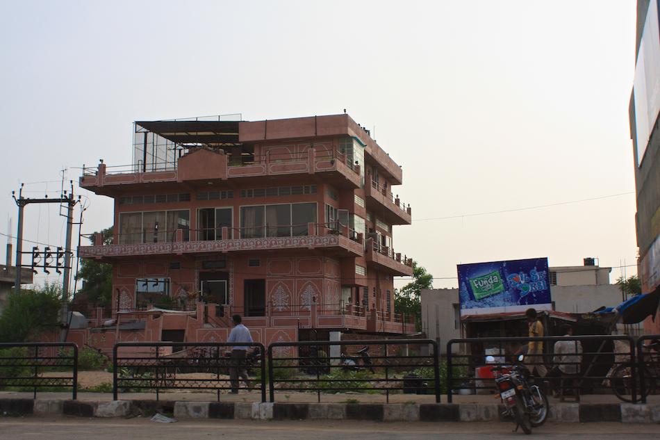 Pink Building [ EF 28mm 1.8 ]