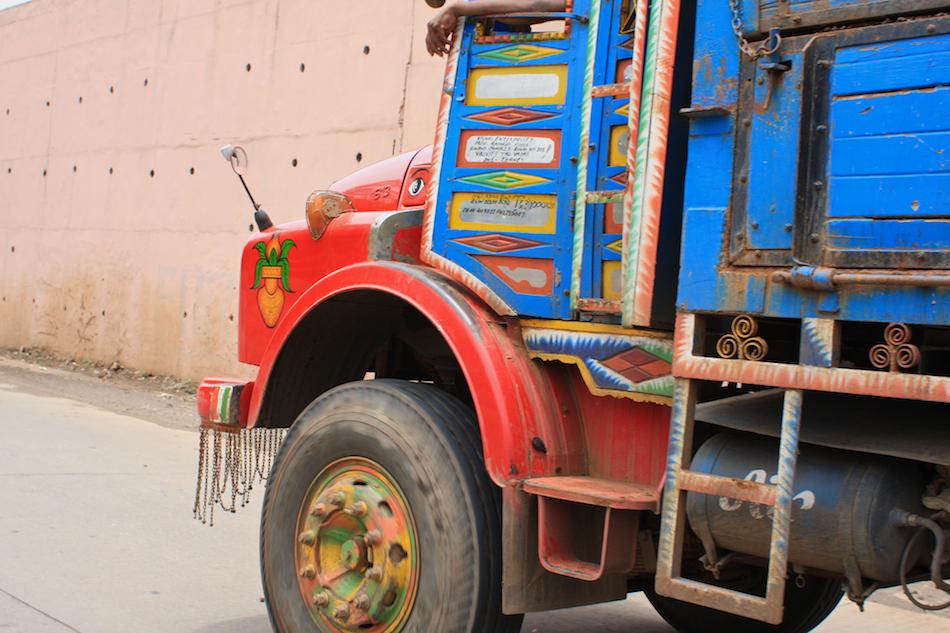 Trucking, India Style [ EF 28mm 1.8 ]